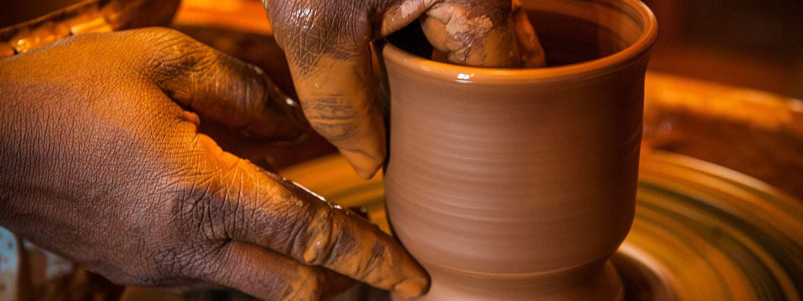 poterie potier artisan d'art terre cuite tour femme mains