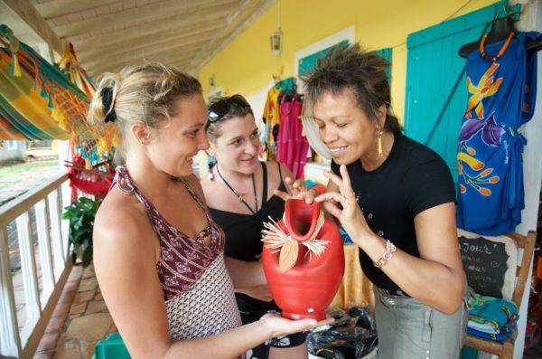 Village-de-la-poterie-Touriste-vendeuse-MAD_3633